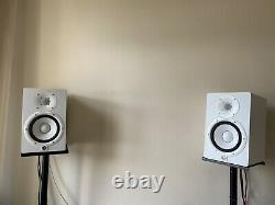 Yamaha HS7 Powered Studio Monitor Speakers White (Pair with Stands)